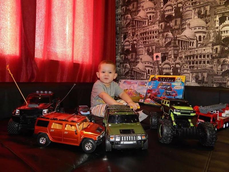 bébé chanceux avec le Hummer 16864511