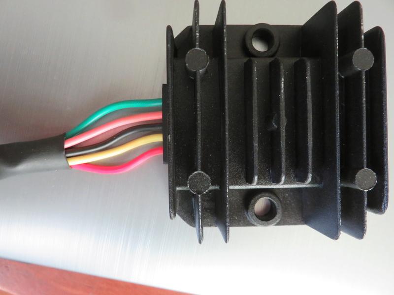 Montage d'une batterie 12V + régulateur/redresseur sur 881 Img_6912