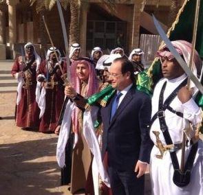 On croit rêver en voyant le plus grand clown de France complice de l'Islam !!!se laissant draper dans le drapeau vert symbole de l'islam,  000hol10