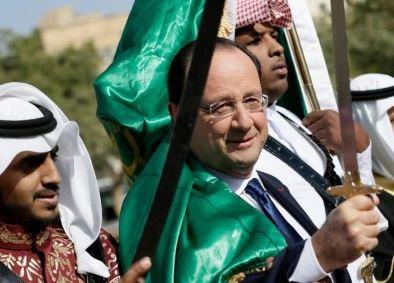 On croit rêver en voyant le plus grand clown de France complice de l'Islam !!!se laissant draper dans le drapeau vert symbole de l'islam,  000hol11
