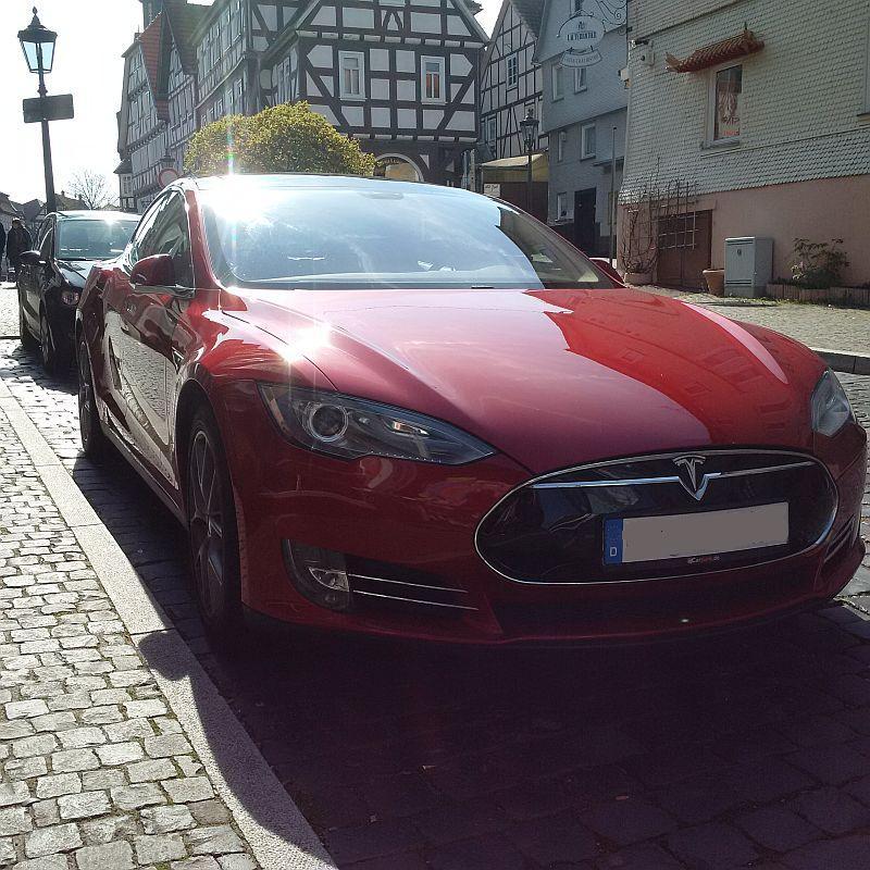 Tesla Model S P85  - auf dem Parkplatz schnappgeschossen 419