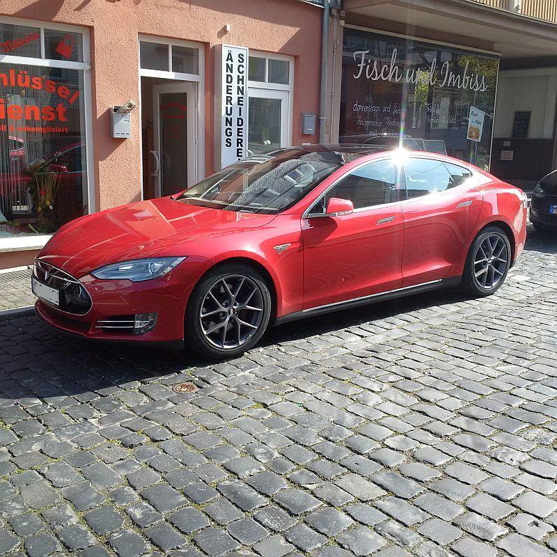 Tesla Model S P85  - auf dem Parkplatz schnappgeschossen 518