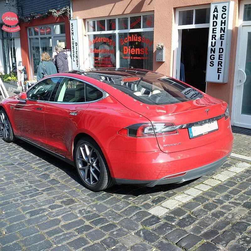 Tesla Model S P85  - auf dem Parkplatz schnappgeschossen 617