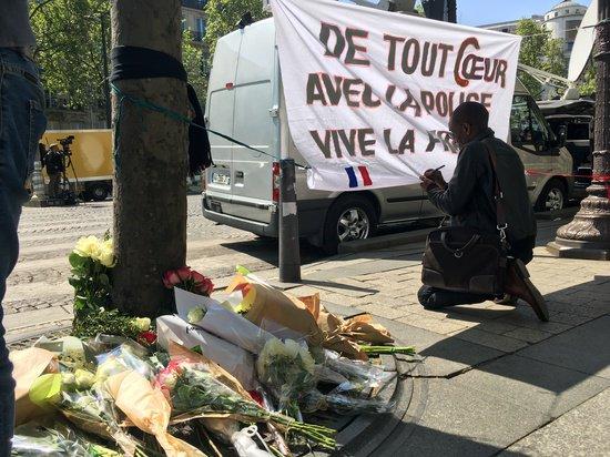 Hommage au policier tué et aux policiers blessés, pensées aux proches. Face au terrorisme, unité de la Nation avec les forces de l'ordre 32930410
