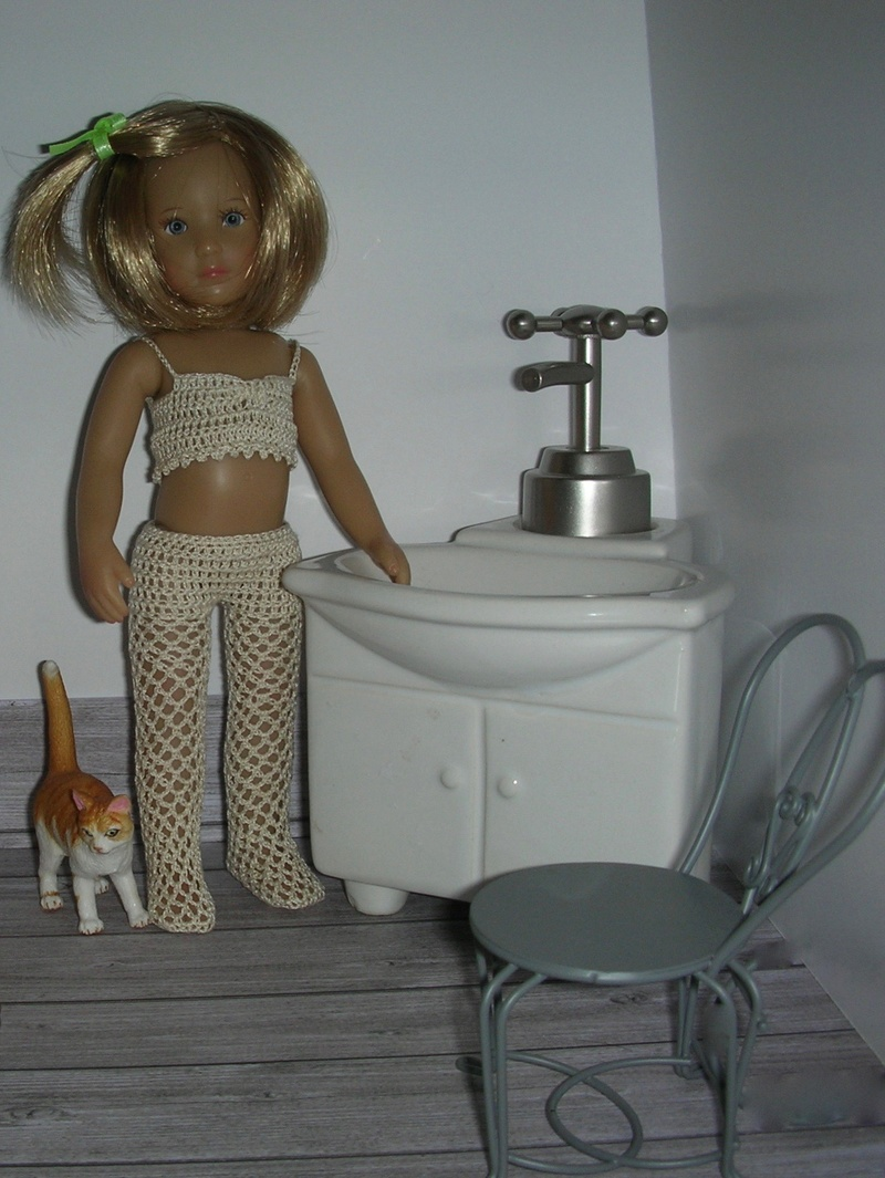 Mini kidz: Mina au réveil, tenue lingerie dans sa salle de bain Dscn6715