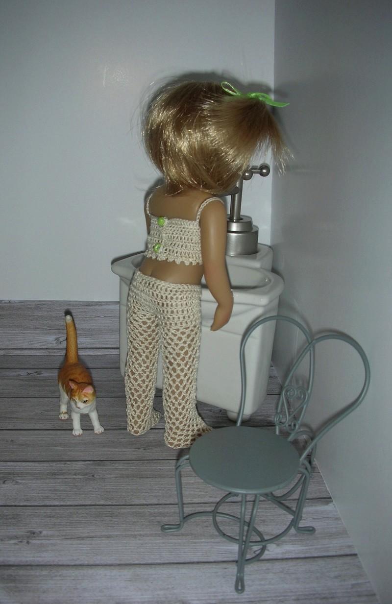 Mini kidz: Mina au réveil, tenue lingerie dans sa salle de bain Dscn6716