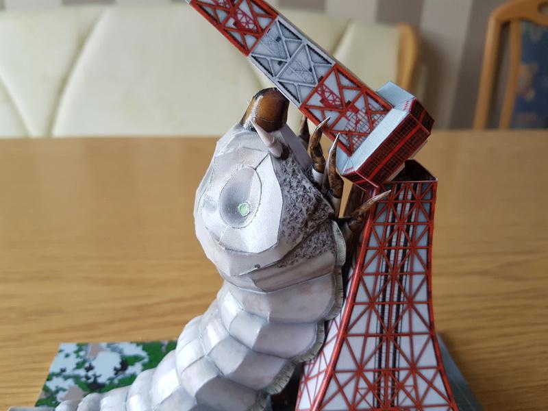 Mothra-Raupe vs. Tokyo Tower  / UHU 02 20170184