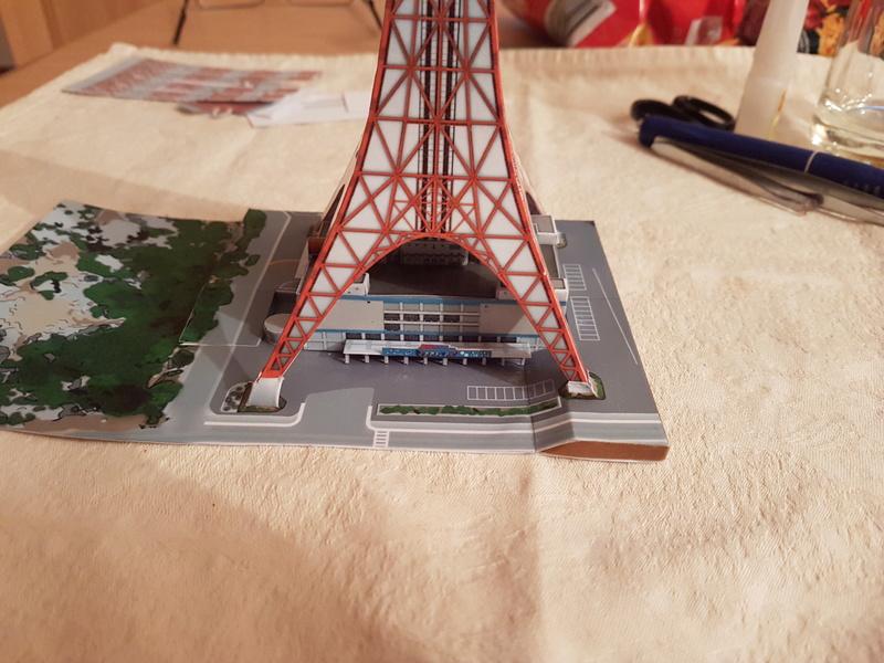 Mothra-Raupe vs. Tokyo Tower  / UHU 02 20170484