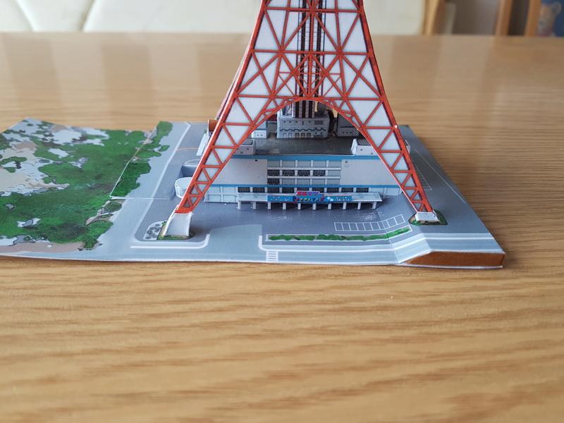 Mothra-Raupe vs. Tokyo Tower  / UHU 02 20170491