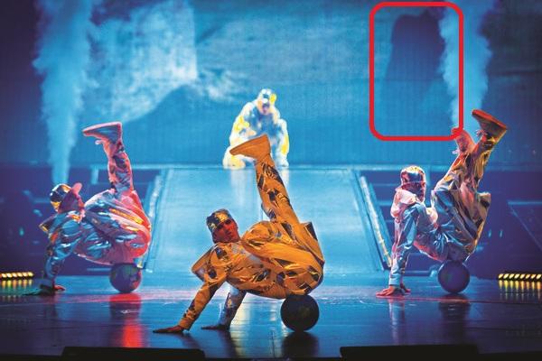 Cirque du Soleil  - Page 7 Hc-mic10