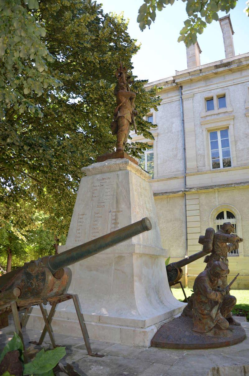 [Histoires et Histoire] Monuments aux morts originaux Français Tome 1 - Page 38 Dsc_0511