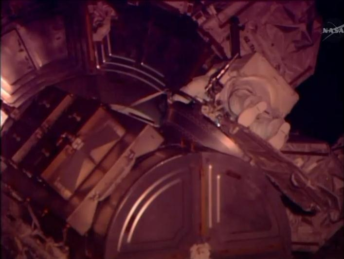 [ISS]EVA 26 - Remplacement du MDM EXT-2 défectueux - 23 avril 2014 Scree373