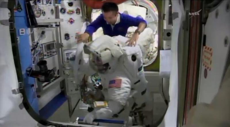 [ISS]EVA 26 - Remplacement du MDM EXT-2 défectueux - 23 avril 2014 Scree377
