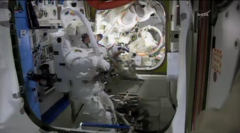 [ISS]EVA 26 - Remplacement du MDM EXT-2 défectueux - 23 avril 2014 Scree378