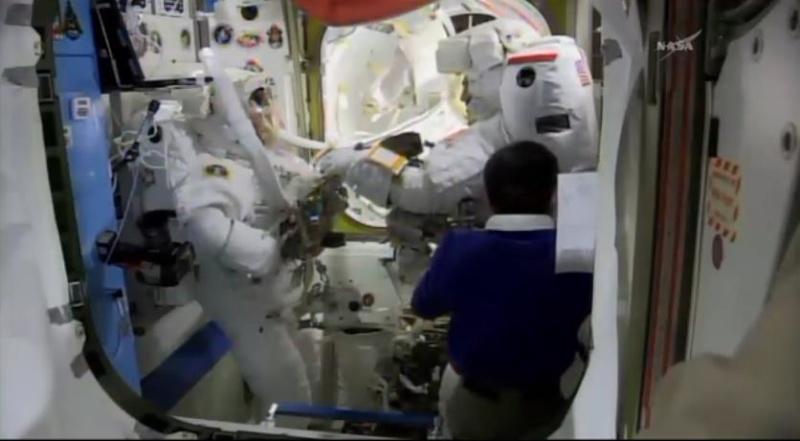 [ISS]EVA 26 - Remplacement du MDM EXT-2 défectueux - 23 avril 2014 Scree379