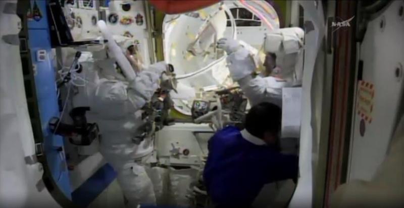 [ISS]EVA 26 - Remplacement du MDM EXT-2 défectueux - 23 avril 2014 Scree380
