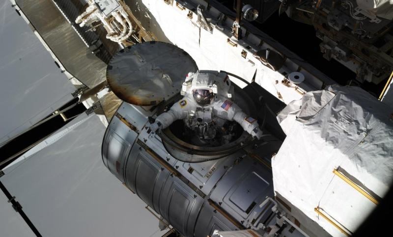 [ISS]EVA 26 - Remplacement du MDM EXT-2 défectueux - 23 avril 2014 Scree393