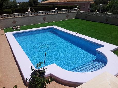 Las ventajas del césped artificial sin arena para las piscinas 2013-011