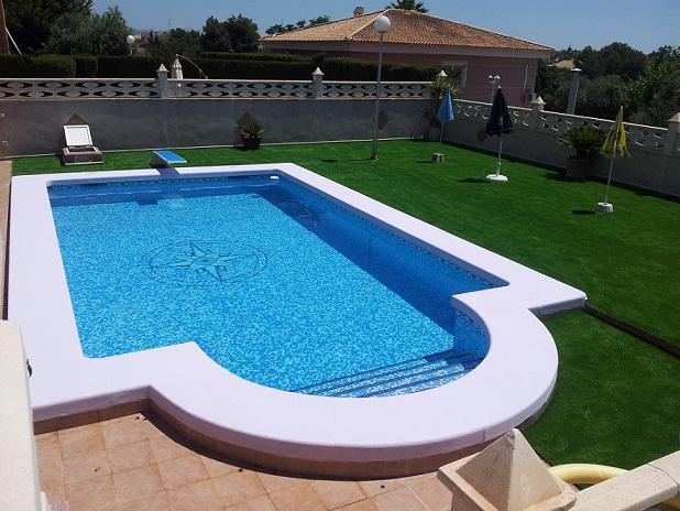 Las ventajas del césped artificial sin arena para las piscinas 2013-012
