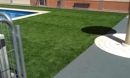 Las ventajas del césped artificial sin arena para las piscinas Imag0611