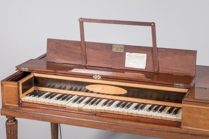 Un piano-forte ayant appartenu à Marie-Antoinette ?  Marie_54