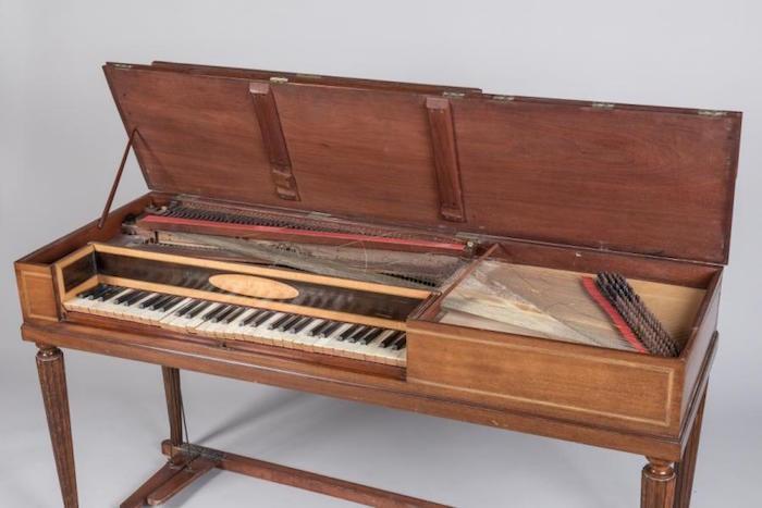 Un piano-forte ayant appartenu à Marie-Antoinette ?  Pianof10