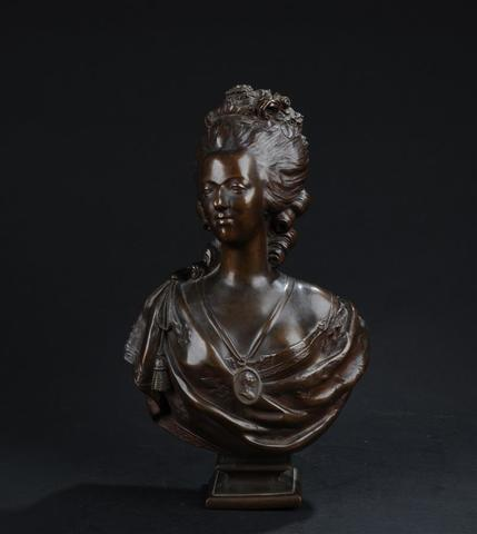 A vendre: bustes Marie Antoinette - Page 6 18355710
