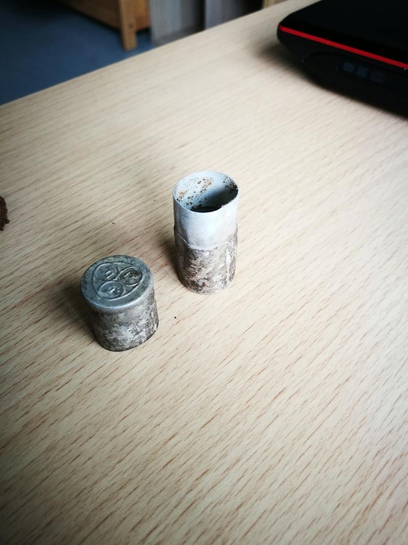 Fiole inconnue dans étui métallique Img_2013