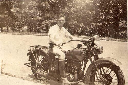 Vieilles photos (pour ceux qui aiment les anciennes photos de bikers ou autre......) - Page 12 Tumb1003