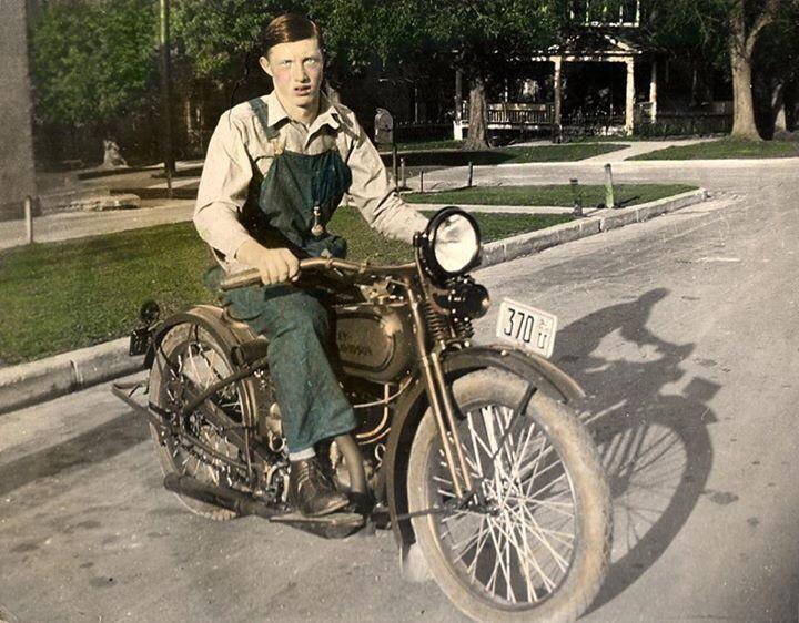 Vieilles photos (pour ceux qui aiment les anciennes photos de bikers ou autre......) - Page 12 Tumb1009