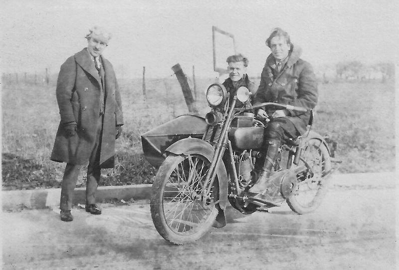 Vieilles photos (pour ceux qui aiment les anciennes photos de bikers ou autre......) - Page 12 Tumb1133