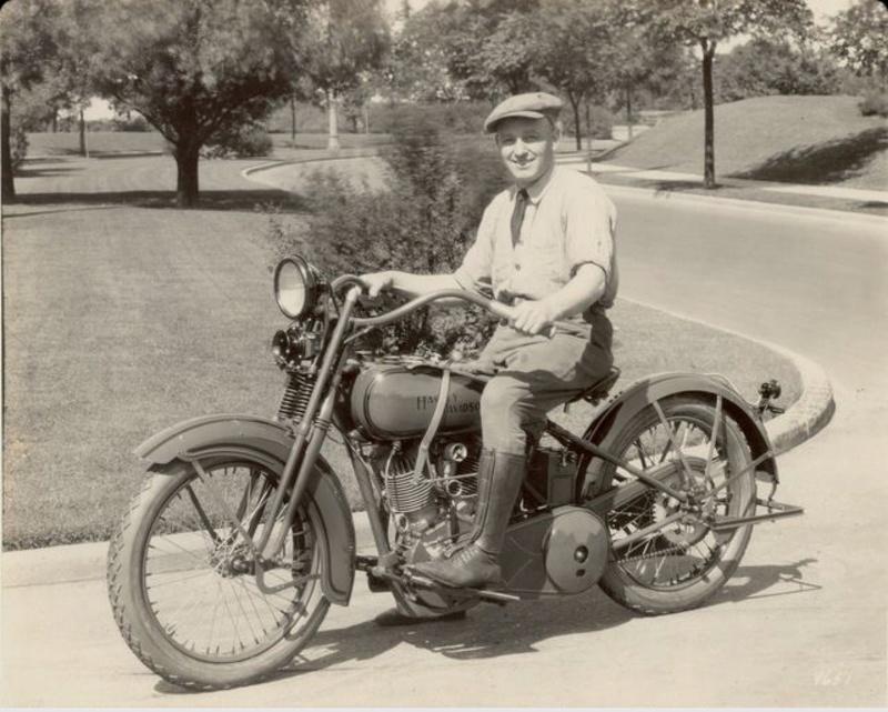Vieilles photos (pour ceux qui aiment les anciennes photos de bikers ou autre......) - Page 12 Tumb1170