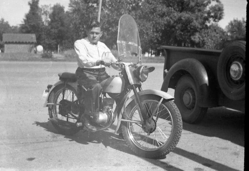 Vieilles photos (pour ceux qui aiment les anciennes photos de bikers ou autre......) - Page 12 Tumb1175