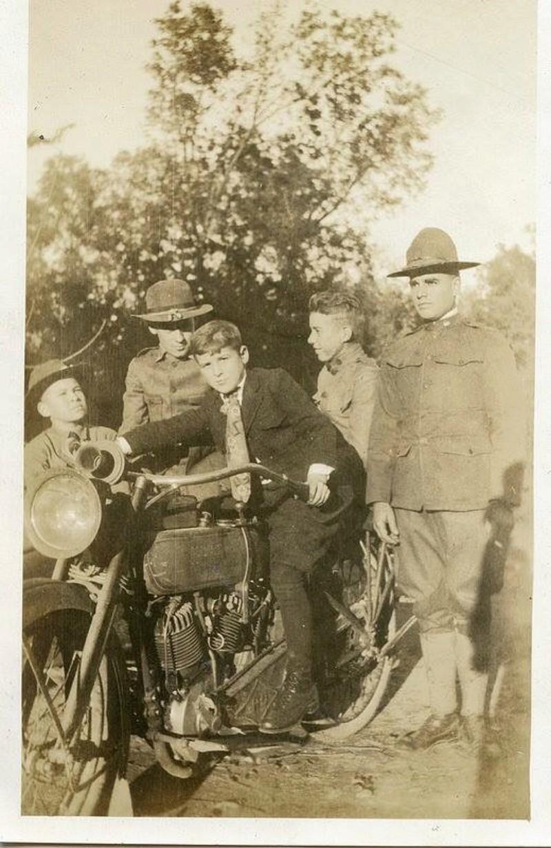 Vieilles photos (pour ceux qui aiment les anciennes photos de bikers ou autre......) - Page 13 Tumb1245