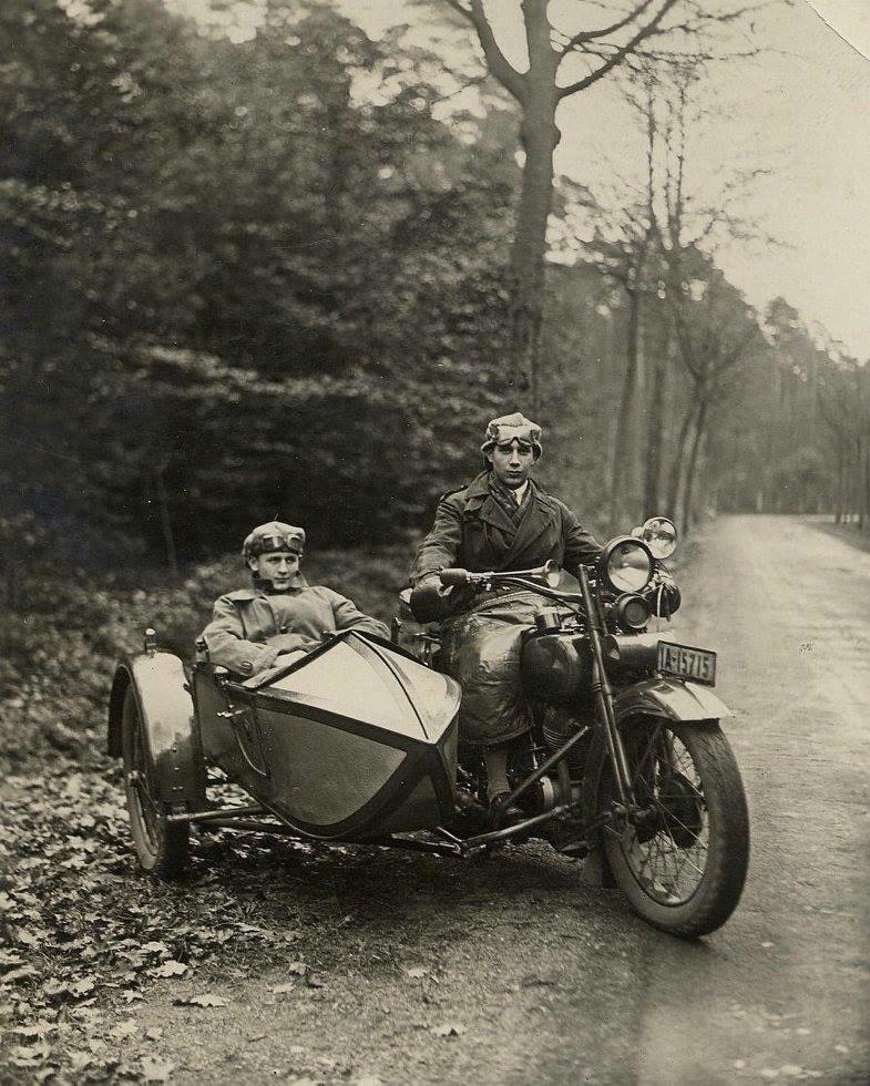 Vieilles photos (pour ceux qui aiment les anciennes photos de bikers ou autre......) - Page 13 Tumb1298