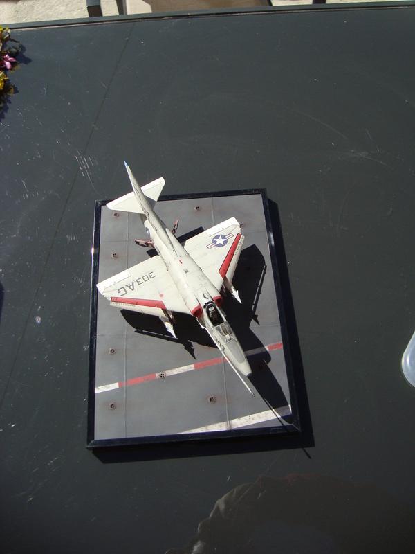 A-4 E Skyhawk - 1/ 48° Pont d'envol fait - Avion fini - accessoires de pont en confection. - Page 4 Dsc01916