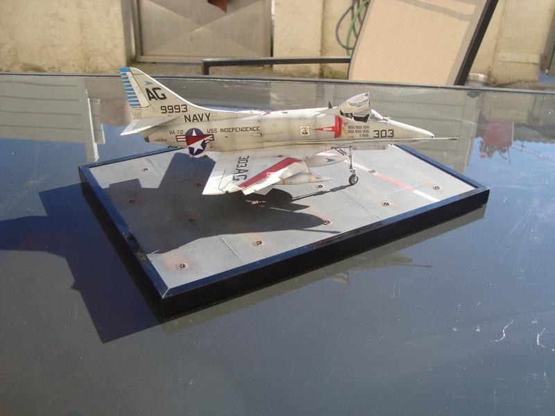 A-4 E Skyhawk - 1/ 48° Pont d'envol fait - Avion fini - accessoires de pont en confection. - Page 5 Dsc01922