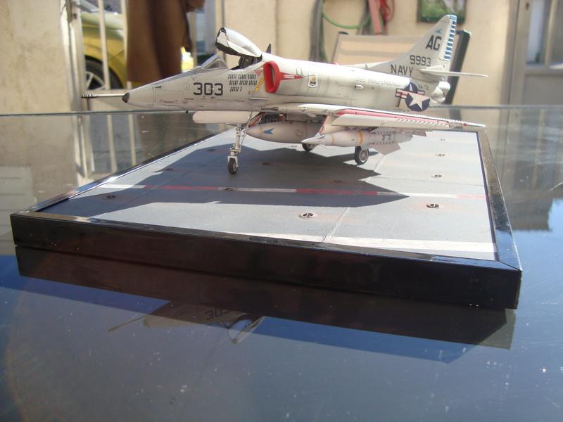 A-4 E Skyhawk - 1/ 48° Pont d'envol fait - Avion fini - accessoires de pont en confection. - Page 5 Dsc01923
