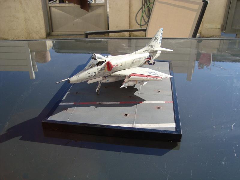 A-4 E Skyhawk - 1/ 48° Pont d'envol fait - Avion fini - accessoires de pont en confection. - Page 5 Dsc01924