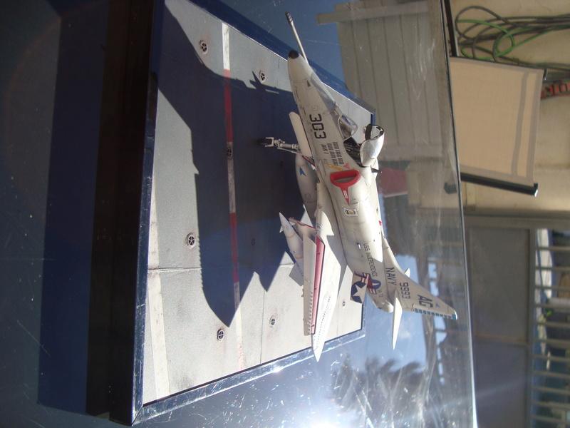 A-4 E Skyhawk - 1/ 48° Pont d'envol fait - Avion fini - accessoires de pont en confection. - Page 5 Dsc01926