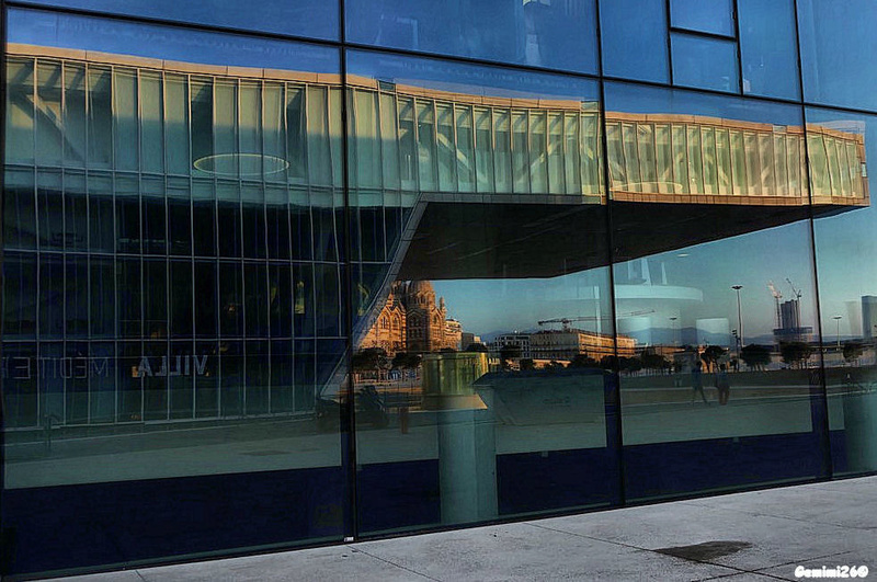 Reflets dans les vitres du MUCEM P1620713