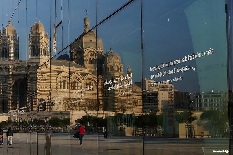Reflets dans les vitres du MUCEM P1620714