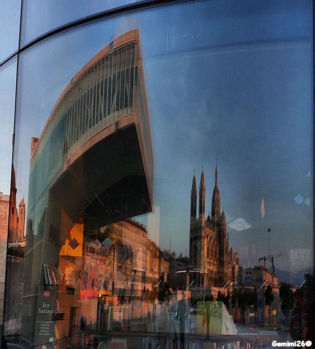 Reflets dans les vitres du MUCEM P1620715