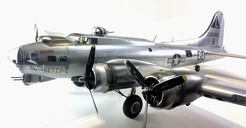 """[HK Models] 1/32e - B-17G """"The Betty-L"""" 42-102585 Img_9812"""