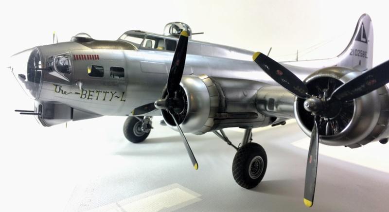 """[HK Models] 1/32e - B-17G """"The Betty-L"""" 42-102585 Img_9816"""