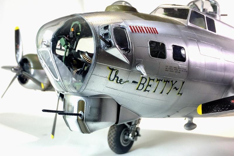 """[HK Models] 1/32e - B-17G """"The Betty-L"""" 42-102585 Img_9820"""