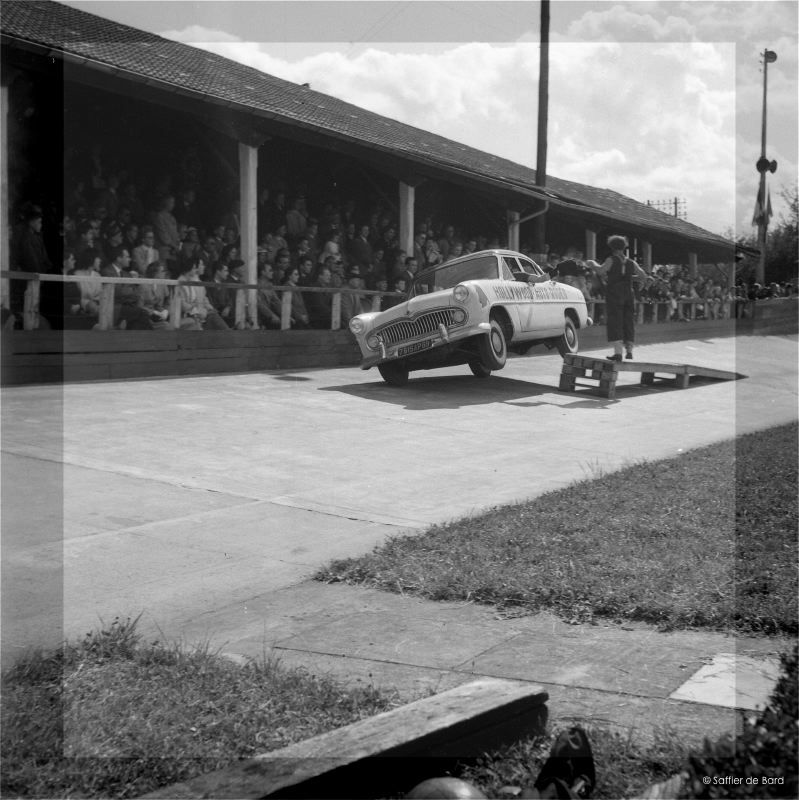 Photos de 1957 d'un festival de cascades à Angoulème en Simca V8 - Versailles Big_cr14