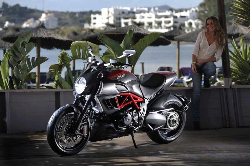 demontage des cache d'echappement !!! help Ducati10