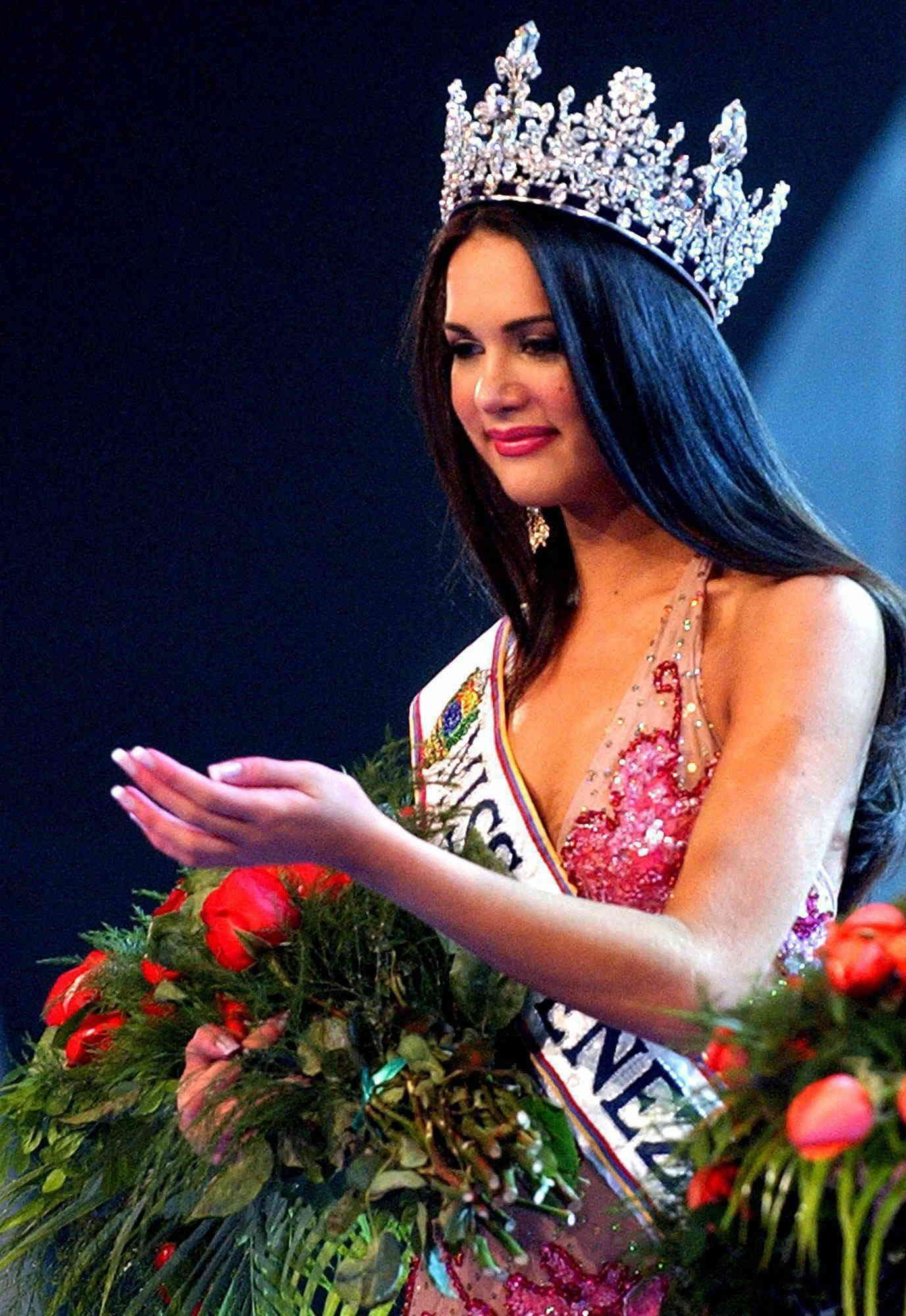 monica spear, top 5 de miss universe 2005. † - Página 4 Monica23