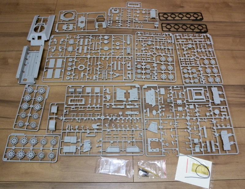Community Build 20: Any tracked military vehicle. Dscn9014